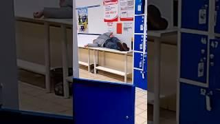 Бомж спит в супермаркете