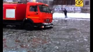 Водопровод прорвало в Екатеринбурге, машины замерзли в метровом слое льда(Неприятный сюрприз ждал этим утром автомобилистов в Екатеринбурге. Их машины в буквальном смысле преврати..., 2014-12-08T10:18:16.000Z)