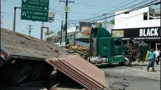 Trailer se sale de Puente en Monterrey