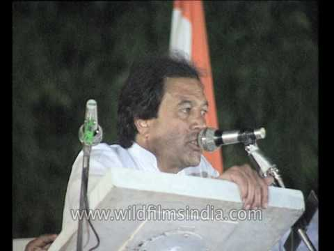 Rajesh Khanna speaks at a Congress rally, campaigning for Rajiv Gandhi