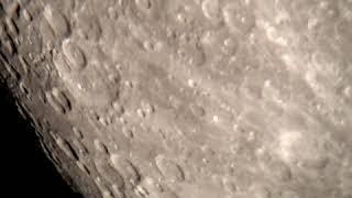 천체망원경으로 관측한 아름다운 달의 표면