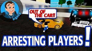 ¡Arrestando a los jugadores en Roblox Vehicle Simulator New Swat Van Update!