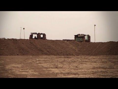 Iraq's Kurds build berm in desert near mosul