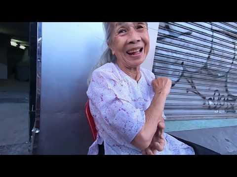 Cụ bà 85 tuổi tóc bạc phơ siêu dễ thương, bán hàng siêu rẻ gần chợ Bến Thành