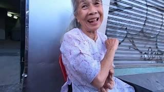 Cụ bà 85 tuổi tóc bạc phơ siêu dễ thương, bán hàng siêu rẻ gần chợ Bến Thành - PhuTha vlog