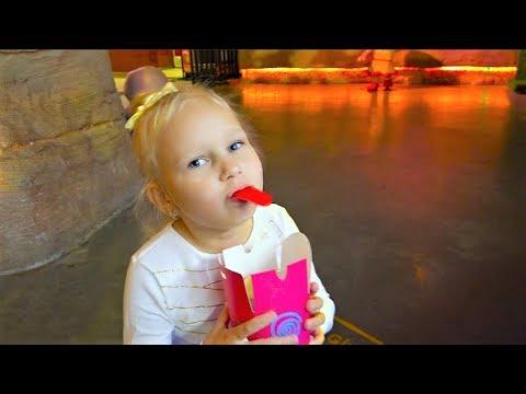 Алиса в КРЫТОМ парке развлечений для детей !!! Аттракционы и игрушки !