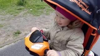 Александра катается на трёхколёсном велосипеде Lamborghini L2