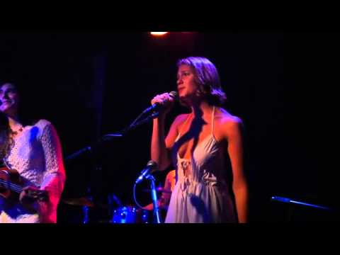 Newold video of Lola Kirke singing with her band.