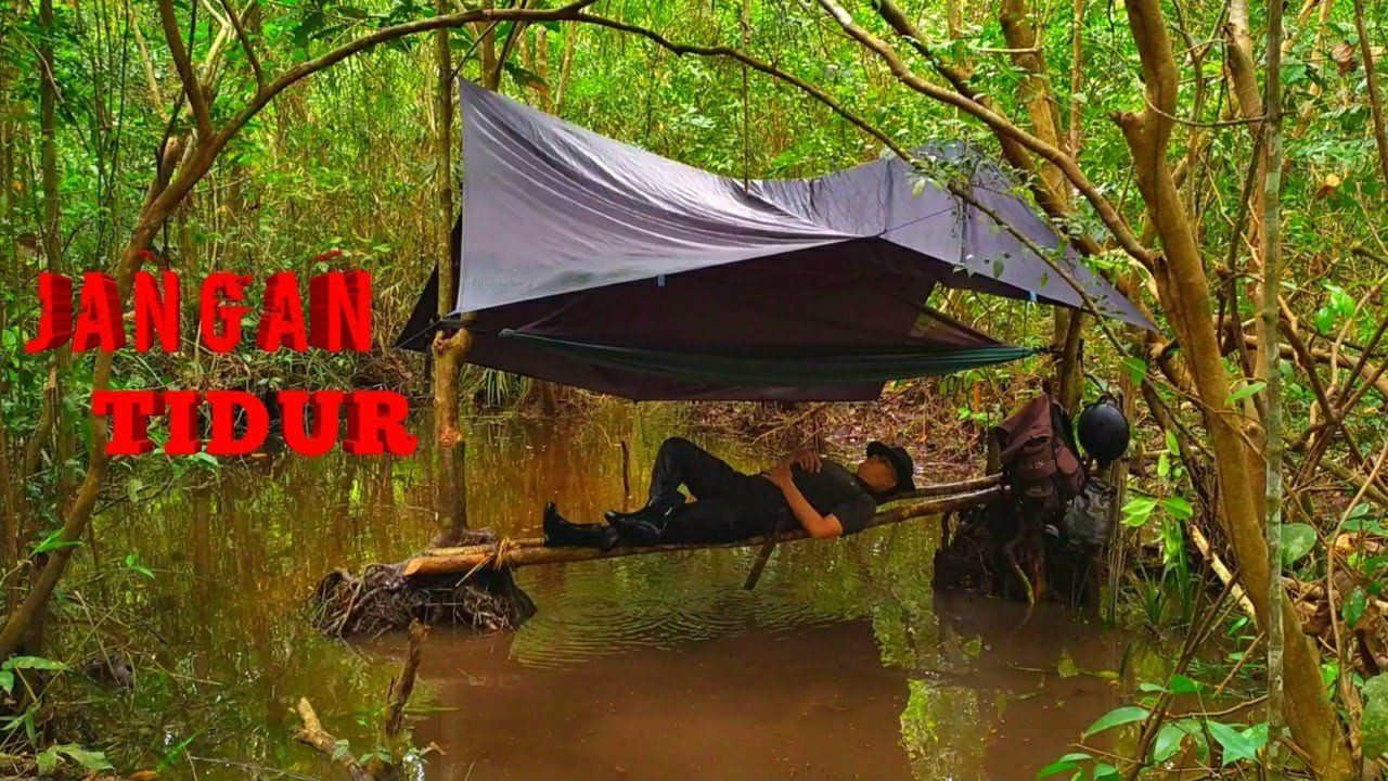 BUSHCRAFT INDONESIA OVERNIGHT ON THE RIVER - CAMPING INDONESIA BUILD A TENT IN THE RIVER FLOW -