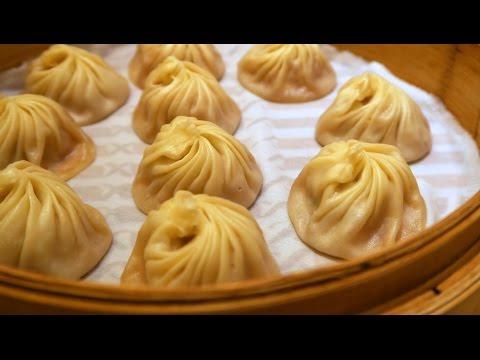 Taiwanese Food (Xiao Long Bao - 小籠包): Eating soup dumplings at Din Tai Fung (鼎泰豐) in Taipei, Taiwan