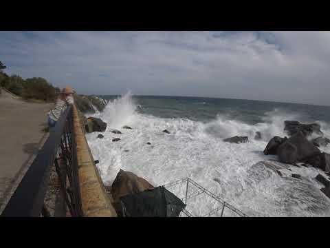Алупка: Шторм на детском пляже