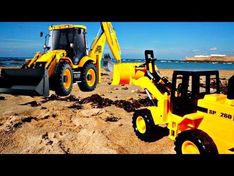 ¡Tractores limpian la playa! Juegos de arena para niños