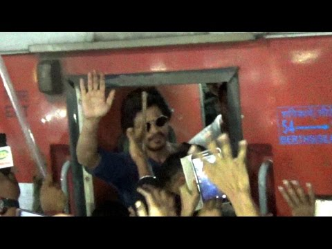 Bollywood Superstar Shahrukh Khan onboard Rajdhani Express for promoting Raees - Live Footage