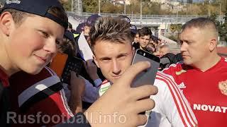 Игроки сборной России дают автографы юным болельщикам