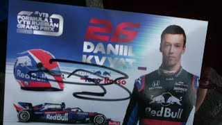 Даниил Квят АВТОГРАФЫ и Фанаты / Daniil Kvyat autographs in Saint Petersburg, Russia