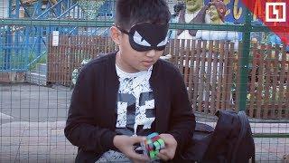 Собирает кубик Рубика, чтобы спасти сестру