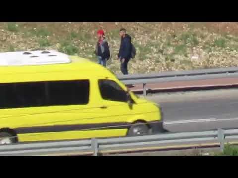 צפו: ילד ערבי מרים אבן ומחכה להשליכה על יהודים בציר 60