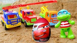 #Feuerwehrauto hilft der Schildkröte – Wir spielen im Sand – Video auf Deutsch mit #Spielzeugautos
