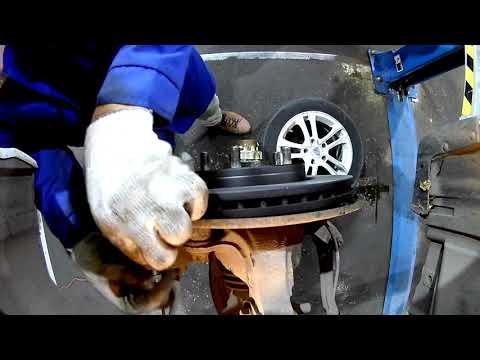 Nissan TIIDA II Замена передних тормозных дисков и колодок( Часть 1)