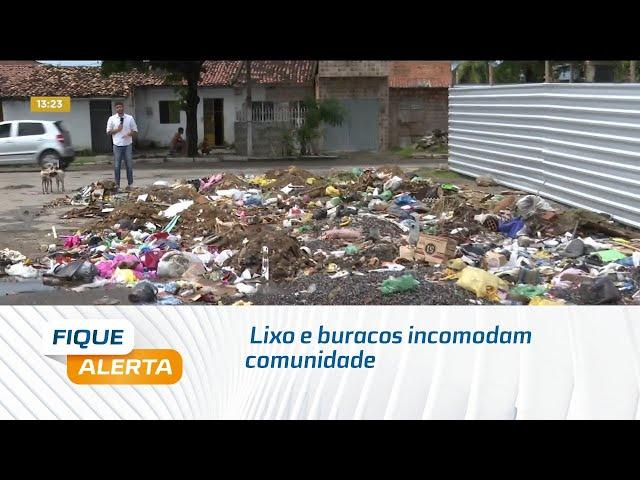 Lixo e buracos incomodam comunidade na Av. Senador Rui Palmeira, no Vergel