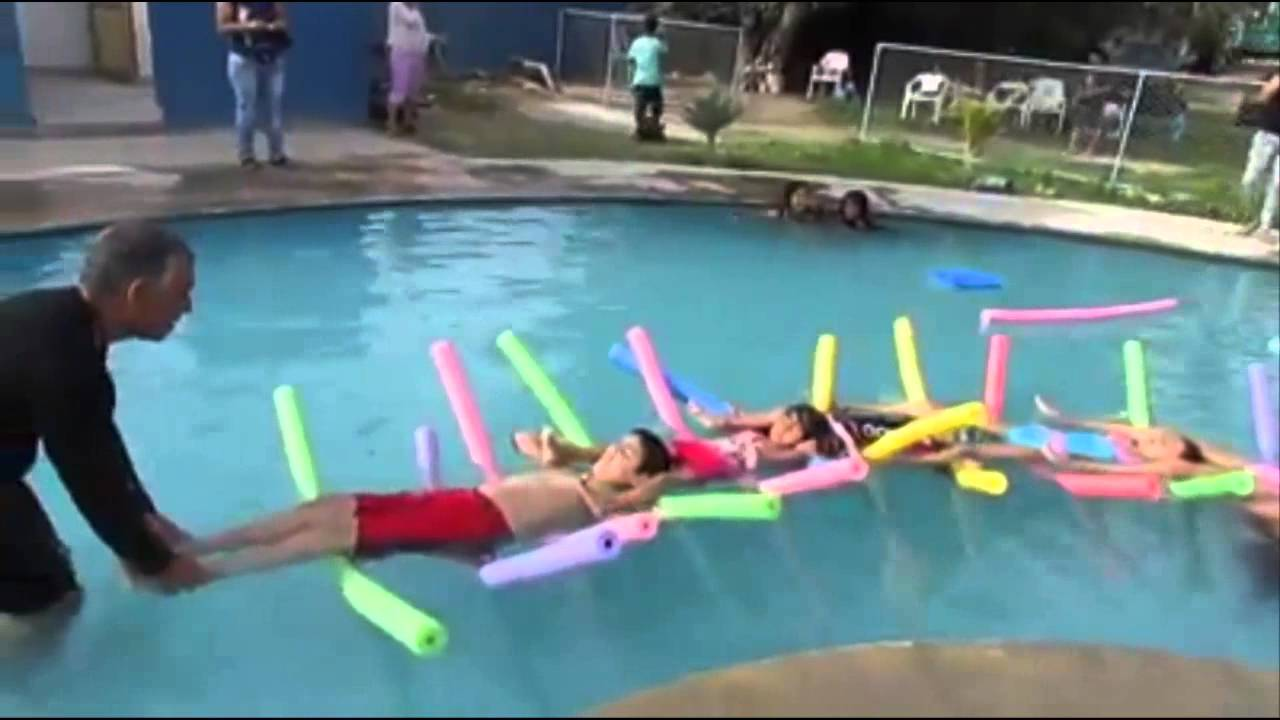 Clases de nataci n recreativa para ni os con el lic for Clases de piscina para ninos