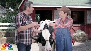 blake-shelton-teaches-jimmy-how-to-milk-a-cow