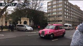 Автоколонна с российскими дипломатами покидает здание посольства в Лондоне — видео