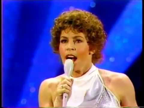 HELEN REDDY - INTRO TO 1977 AMERICAN MUSIC AWARDS - I AM WOMAN