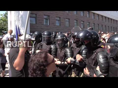Moldova: Tensions high as protesters against new electoral system march on parliament