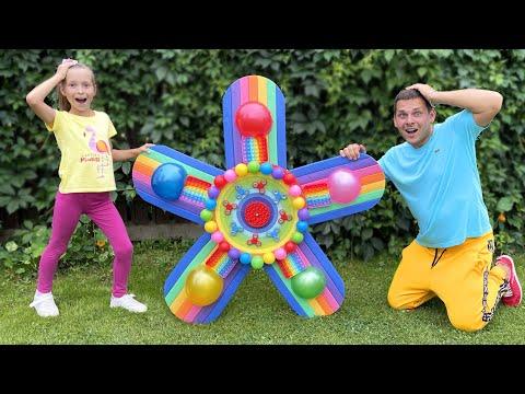 София играет с папой в веселые Игры и Развлечения для детей