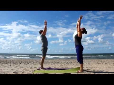 Qi-Flow Salutation ter voorbereiding op het Do-In Yoga Beach Festival