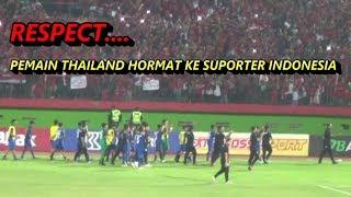 RESPECT.. Pemain Thailand keliling lapangan beri hormat ke penonton - Indonesia vs Thailand