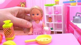 Игры в куклы. Барби ушла по делам, а Штеффи дома