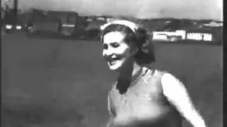 М. П. Назарова с тигром Пуршем на пляже. 1956 год.