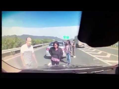 【ドラレコ】高速道路の真ん中で停車したら絶対ダメ!!