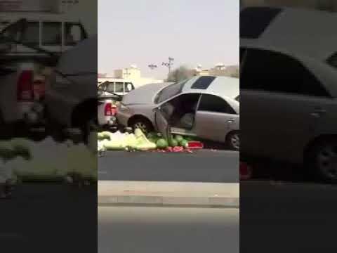 #فيديو ترند   جوال يدفع قائد مركبة للإطاحة بعربة بائع بحائل