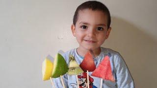 حمزة يلعب لعبة الاصابع باالفواكه