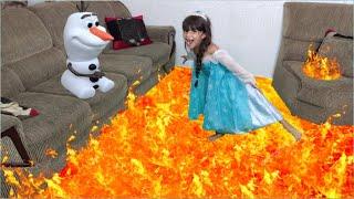 Elsa salva o Olaf do Chão é lava - THE FLOOR IS LAVA