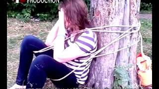 Пьяная девка купается в озере. Спасатели ее привязали к дереву