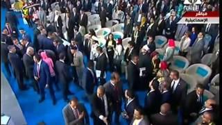بالفيديو.. هجوم كبير من المشاركين على السيسي لمصافحته أثناء فعاليات مؤتمر الشباب