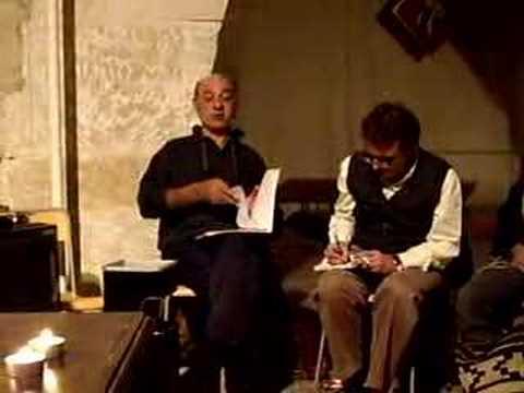 Joan Martorell lee el final de un poema suyo