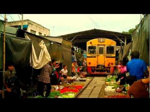 (HD) Train crosses Mae Klong Market (Thailand) / El tren atraviesa un mercado (Tailandia) India