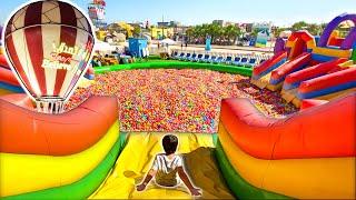Brincando no Escorregador da Piscina Gigante de Bolinhas | Pegamos um Balão Para o Believe It Or Not