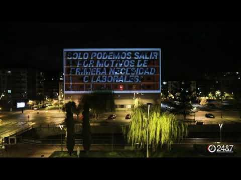 Un mensaje de luz escrito en la fachada