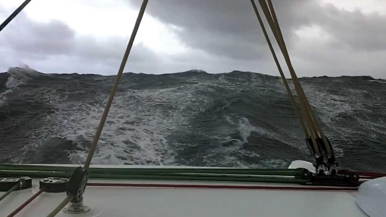 ЯхтВояж проходит Бискайский залив в шторм 7 баллов