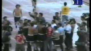 Jugadores de Racing defienden a un hincha de la policía (vs Belgrano Cba, 1996)