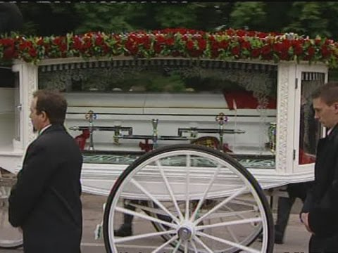 Robin Gibb's family and friends turn out for his funeral ...