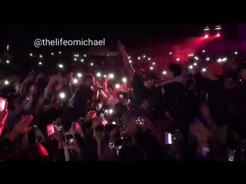 TRAVIS SCOTT PERFORMS PICK UP THE PHONE IN CROWD