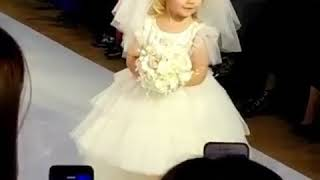 Дочь Аллы Пугачевой и Максима Галкина прошлась по подиуму в свадебном платье
