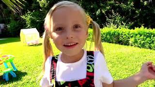 Alicia y papá están haciendo estallar bolas